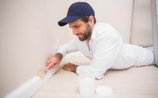 Artisan peingnant les plinthes