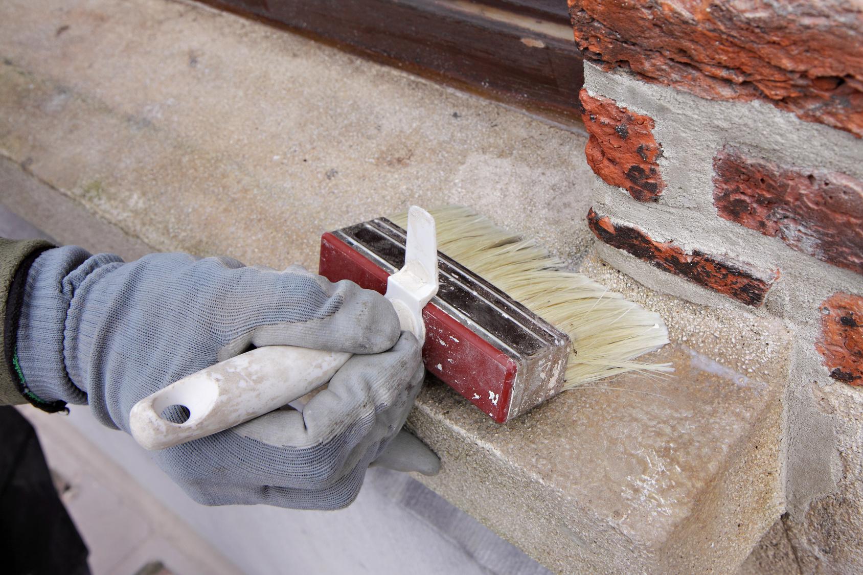 artisan posant peinture hydrofuge