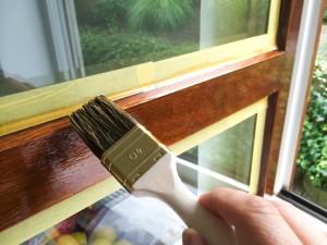 Artisan peignant fenêtre.