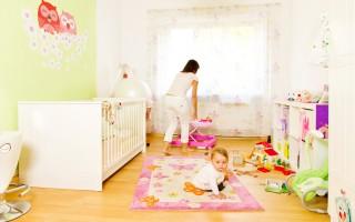 Peindre murs chambre bébé.
