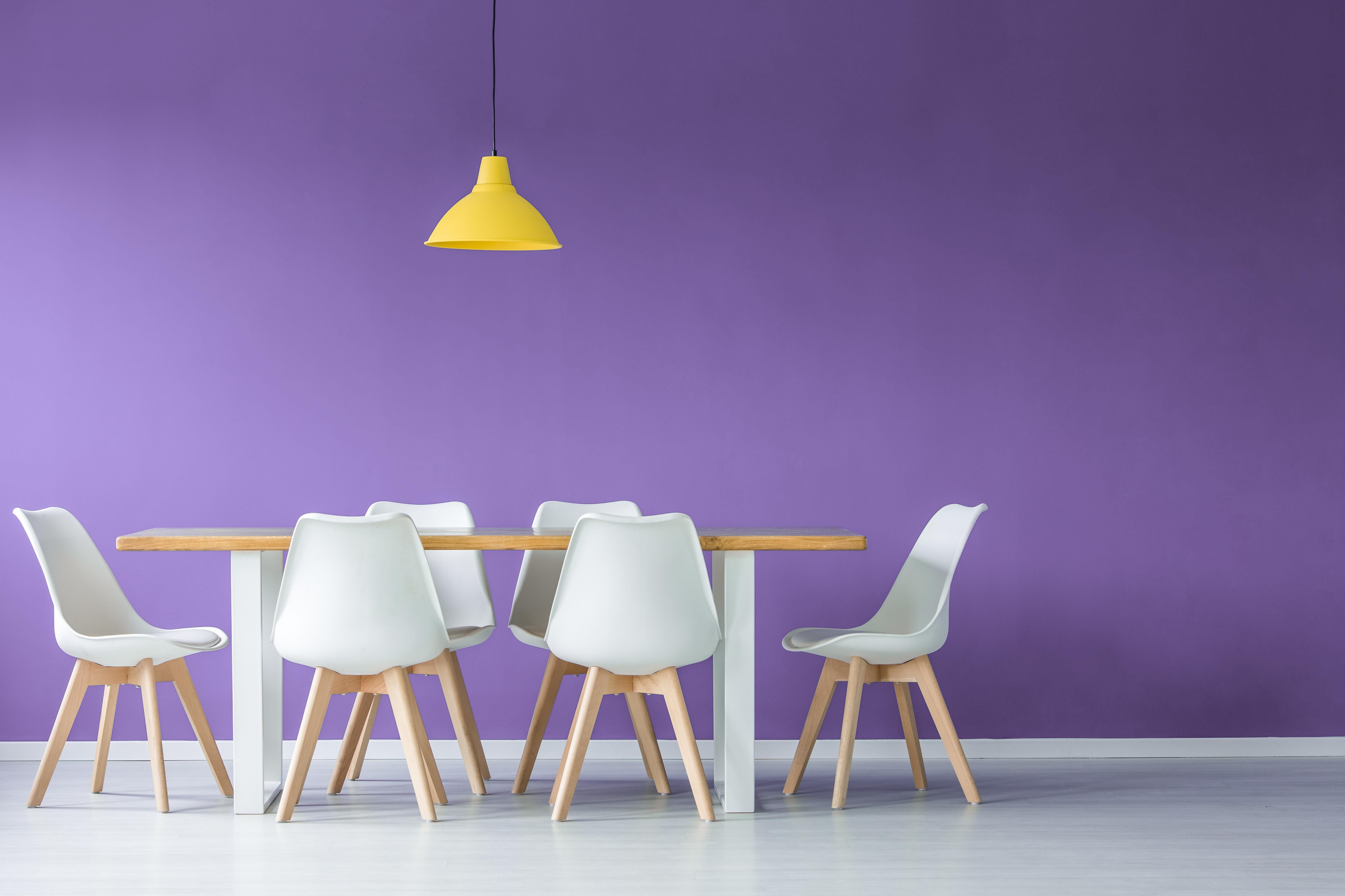 Décoration Mauve Et Gris employer la couleur prune dans sa décoration