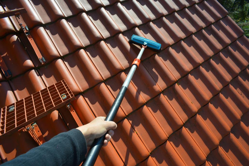 Peinture d'une toiture en tuile beton