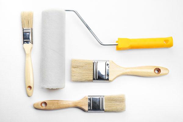 rouleau et pinceau de peinture